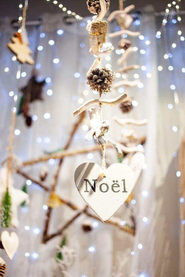 décorations de Noël suspendues et noël lumineux photographie stock