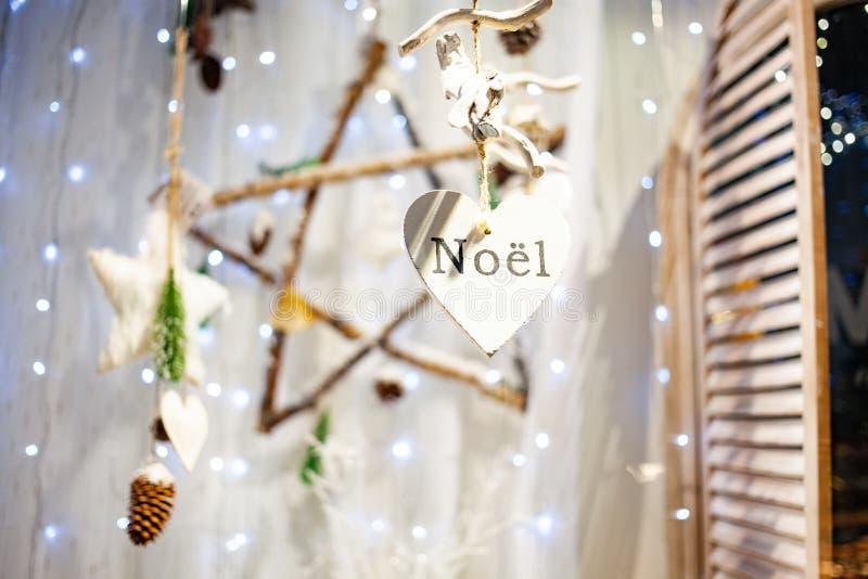décorations de Noël suspendues et noël lumineux image stock
