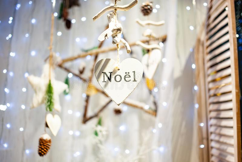décorations de Noël suspendues et noël lumineux photographie stock libre de droits
