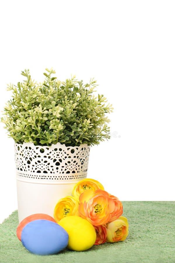 Décorations de Pâques avec les oeufs colorés photo stock