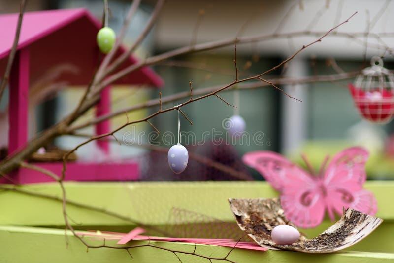 Décorations de Pâques sur la rue de la petite ville en France Pâques a peint des oeufs accrochant sur une branche d'arbre et de p photographie stock