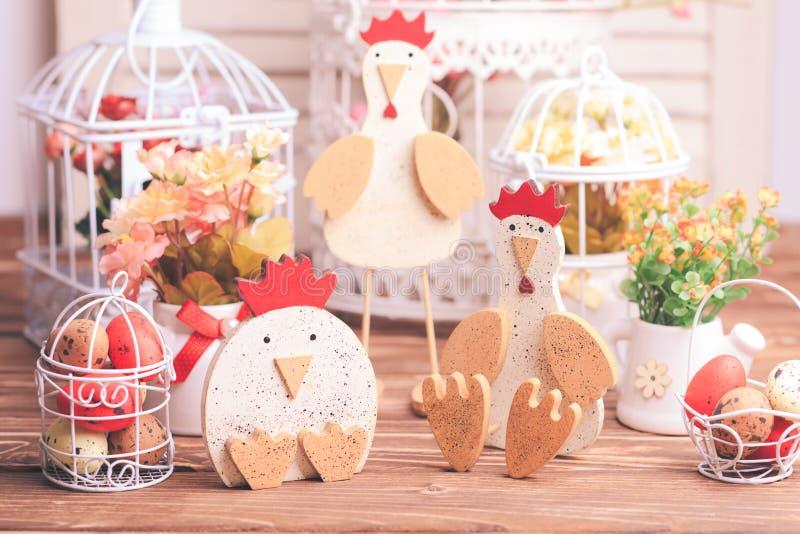 Décorations de Pâques sur la table image stock