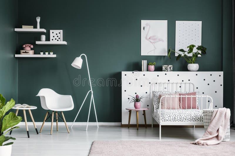 Décorations de rose en pastel dans un intérieur de chambre à coucher de scandi pour un teena photos stock