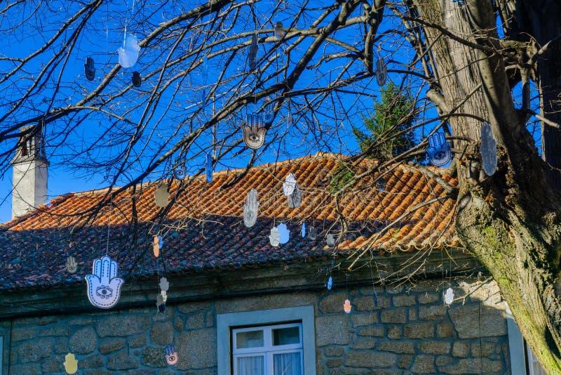 Décorations de symbole d'arbre et de Hamsa, à Belmonte photos stock