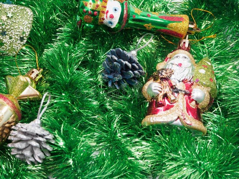 Décorations de vacances avec le fourrure-arbre et les jouets photos libres de droits
