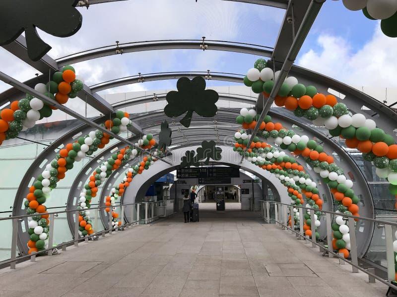 Décorations du jour de St Patrick chez Dublin Airport photographie stock libre de droits