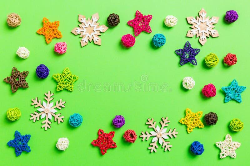 Décorations du Nouvel An sur fond vert Les étoiles et les boules de fête Joyeux concept de Noël avec un espace vide pour votre de photographie stock