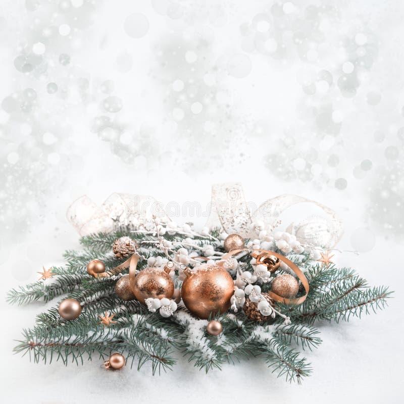 Décorations en bronze de Noël sur le fond neutre images stock
