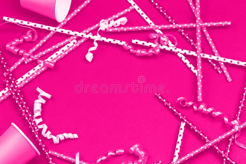 Décorations et accessoires de partie dans le monochrome rose au néon photographie stock libre de droits