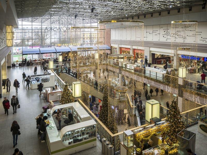 Décorations et achats de Noël dans un hypermarché à Cracovie, P photographie stock