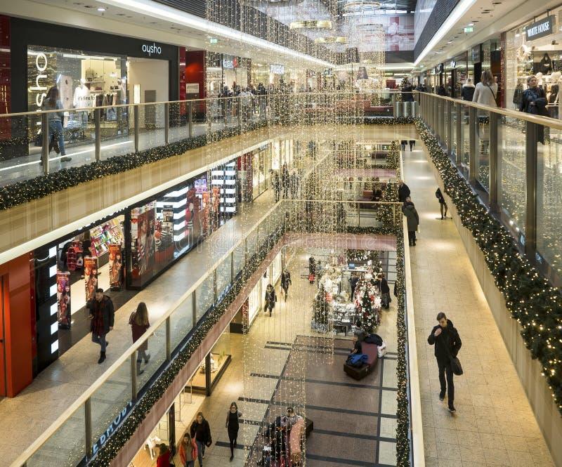 Décorations et achats de Noël dans un hypermarché à Cracovie, P image libre de droits