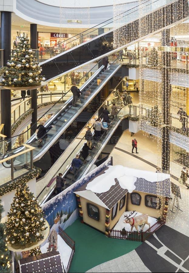 Décorations et achats de Noël dans un hypermarché à Cracovie, P photo stock