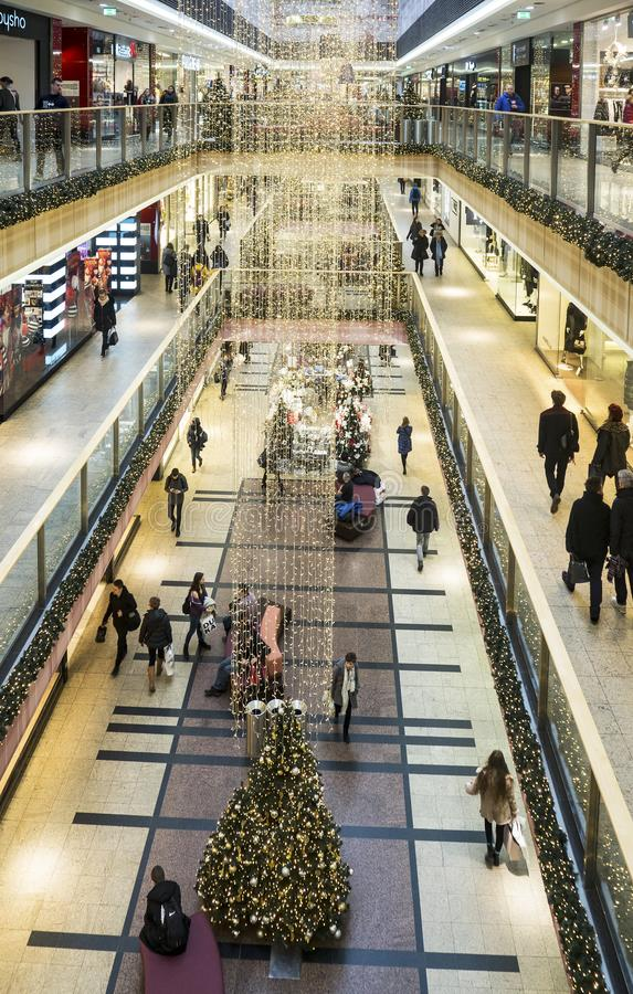 Décorations et achats de Noël dans un hypermarché à Cracovie, P image stock