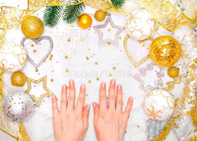 Décorations et carnet de vacances avec des buts sur la table rustique blanche, style plat de configuration concept de planificati images stock