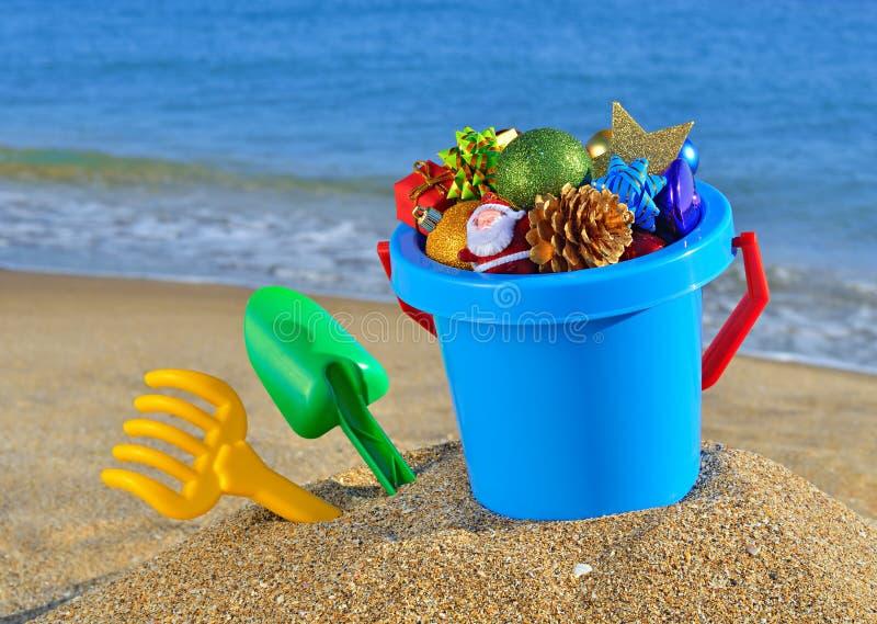 Décorations et jouets de Noël sur la plage photos libres de droits