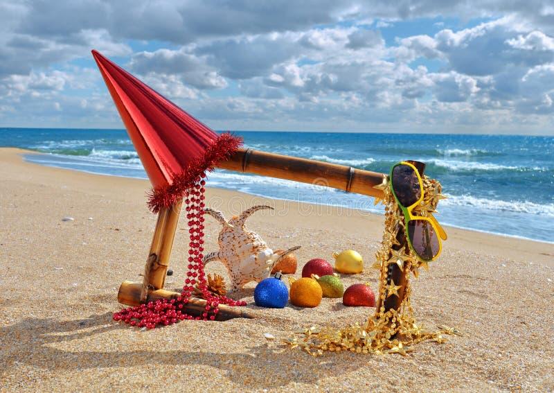 Décorations et jouets de Noël sur la plage images libres de droits