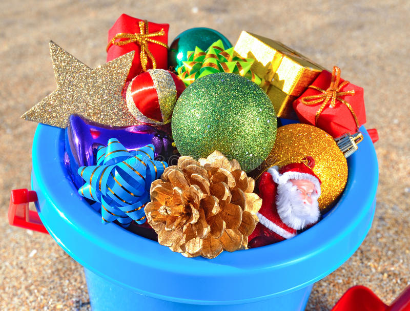 Décorations et jouets de Noël sur la plage image stock