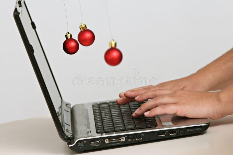 Décorations et ordinateur portable colorés de boules de Noël photo libre de droits