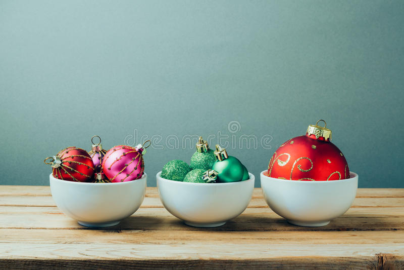 Décorations et ornements de Noël sur la table en bois Trois cuvettes avec des boules de Noël Rétro effet de filtre images stock
