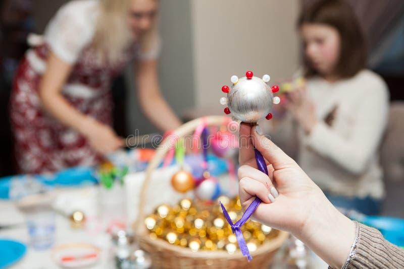 Décorations fabriquées à la main de Noël des perles photos stock