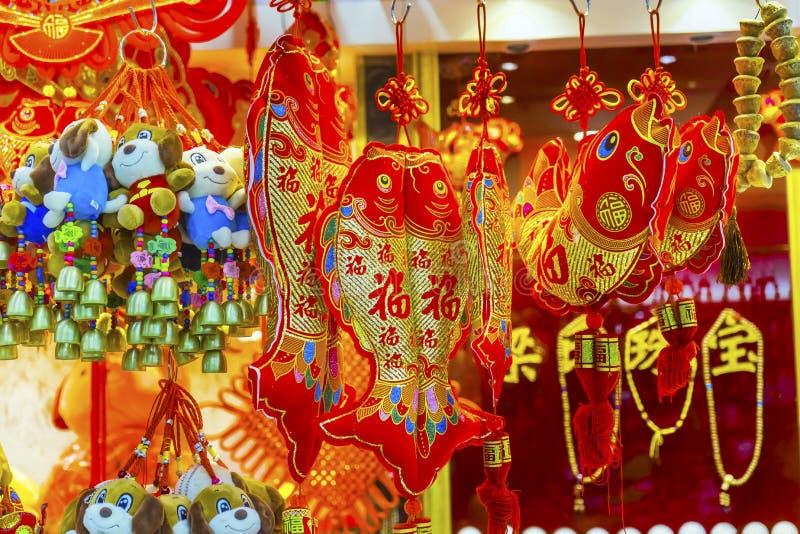 Décorations lunaires chinoises rouges Pékin Chine de nouvelle année de poissons de chien photos libres de droits