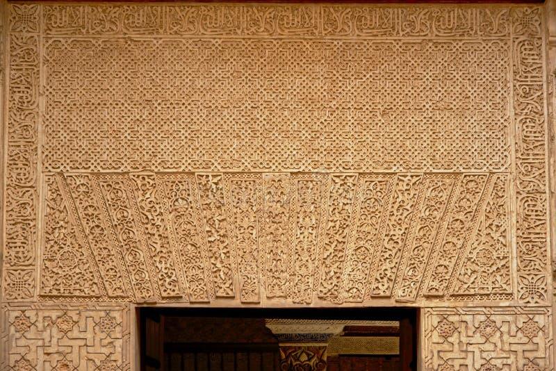 Décorations mauresques avec des formes organiques au-dessus d'une porte dans le palalce de Nasrid, Alhambra, Grenade images libres de droits