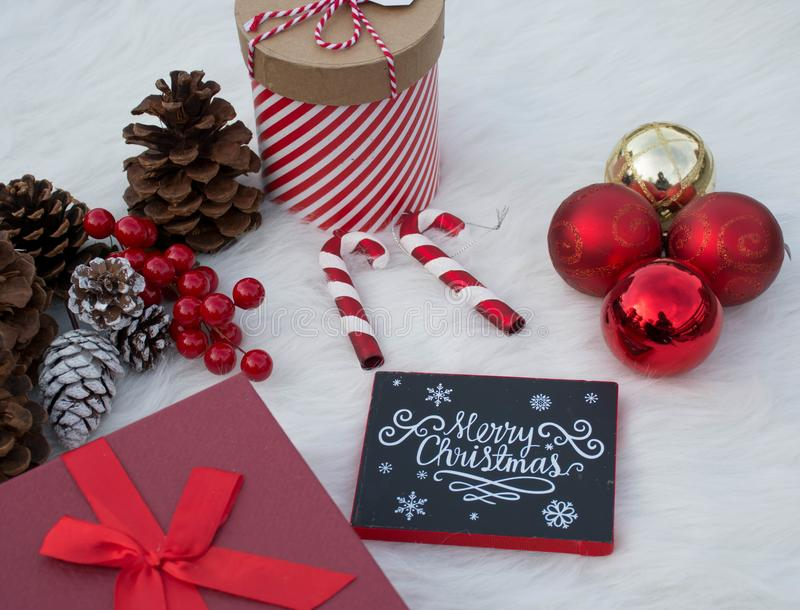 Décorations réglées pour des célébrations douces de Noël photo stock