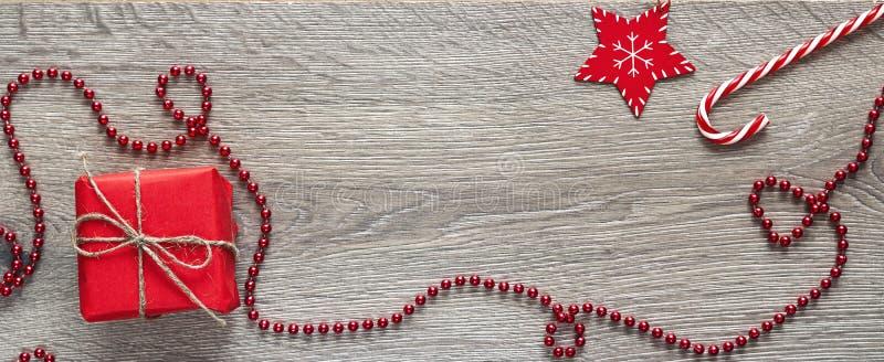 Décorations rouges de Noël de wiyh de boîte-cadeau sur le fond en bois PS photos stock