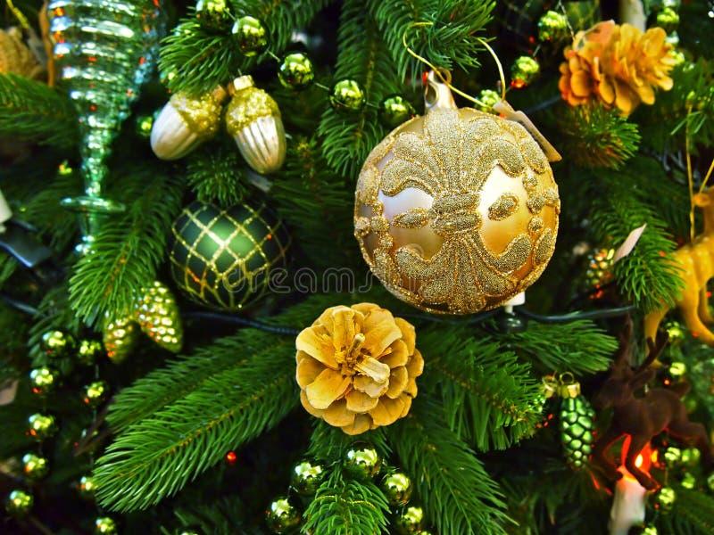 Décorations sur un fourrure-arbre de Noël photos stock