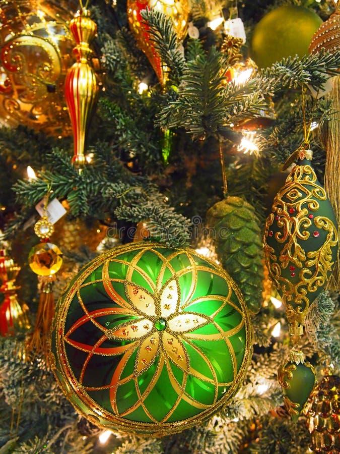Décorations sur un fourrure-arbre de Noël photo libre de droits