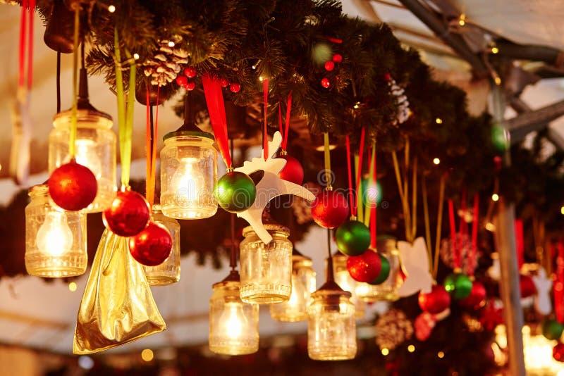 Décorations sur un marché parisien de Noël image libre de droits