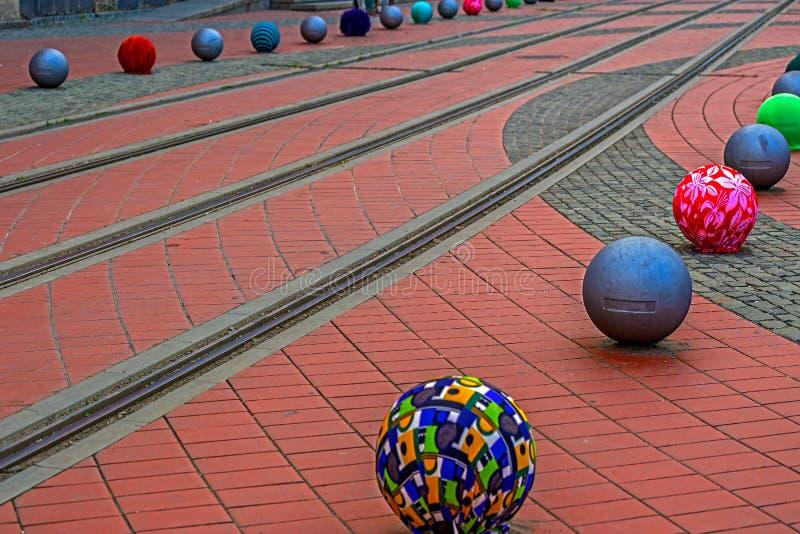 Décorations sur un trottoir de rue avec des voies de tramway image stock