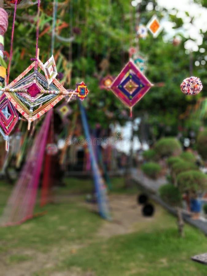 Décorations vibrantes d'été sur un arbre photo stock