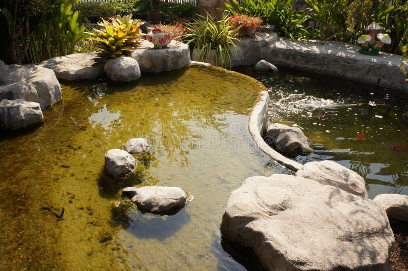 Décorez la pierre et l'étang à Ayutthaya image libre de droits
