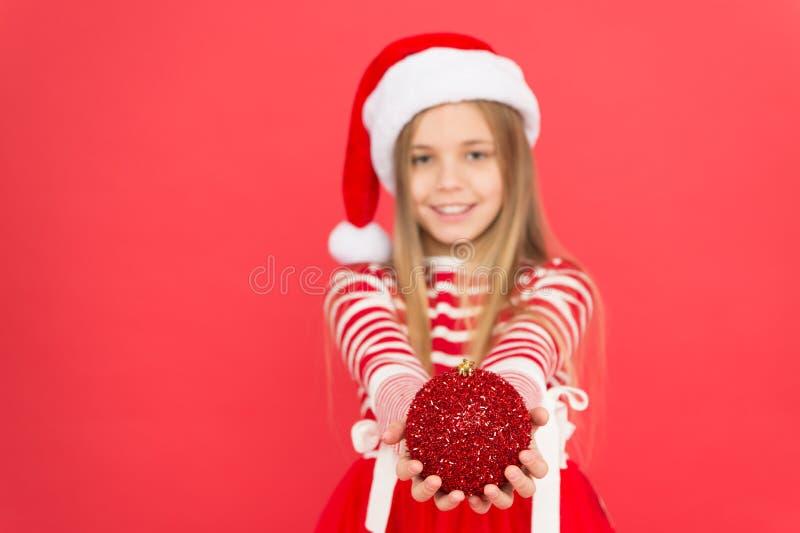 Décorez tout autour J'adore décorer l'arbre de Noël Ambiance festive Noël Costume de la fille santa claus photographie stock libre de droits