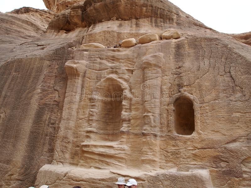 Découpé dans la caverne antique de montagne dans les montagnes de Petra Jordan photographie stock