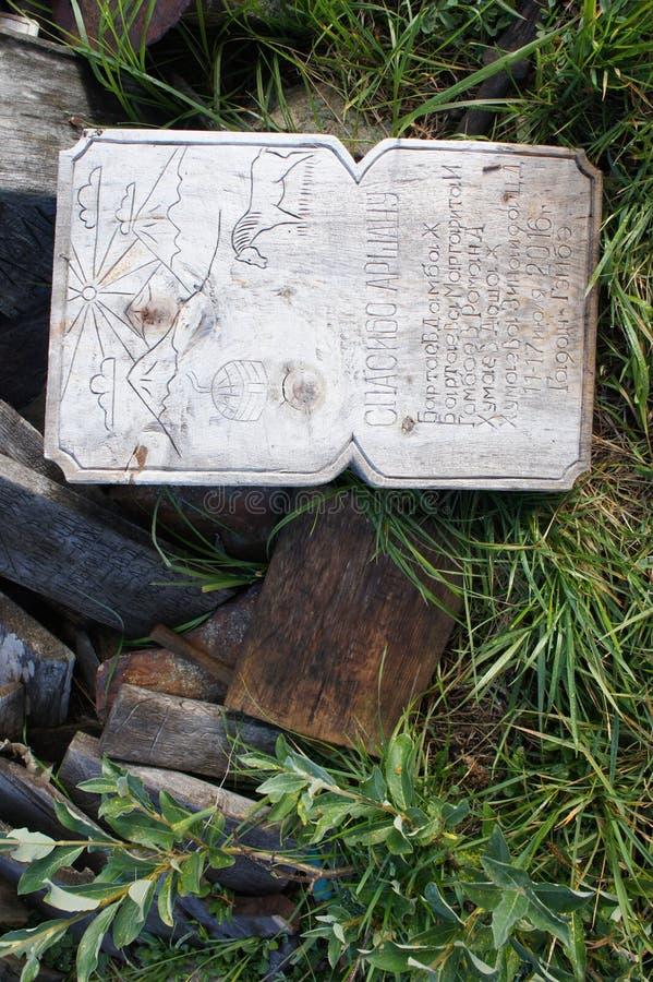 Découpé du signe en bois au ressort curatif dans le Sayans oriental photos libres de droits