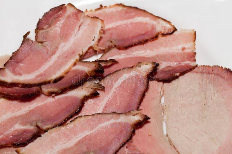 Découpé en tranches de la viande fumée du plat blanc photos stock
