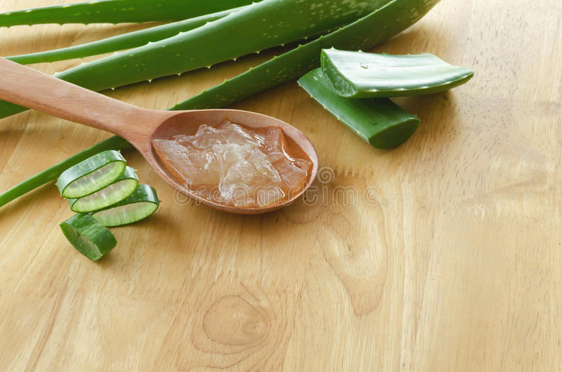 Découpé en tranches et feuille d'aloès frais Vera avec le produit de gel de Vera d'aloès dessus photos libres de droits