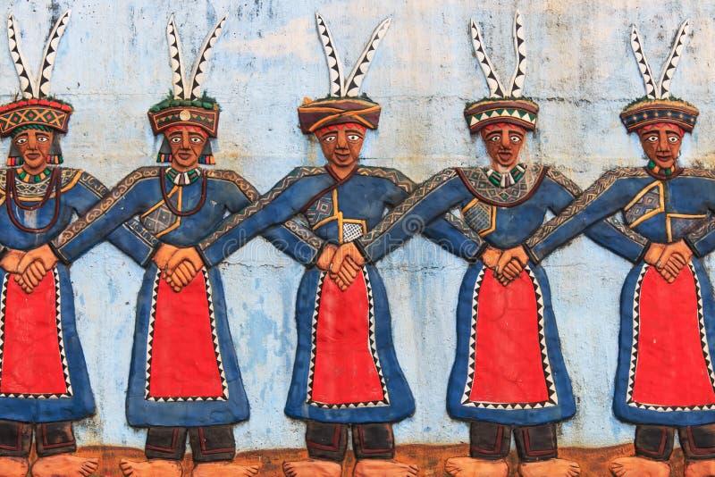 Découpage aux indigènes de parc culturel de Taïwan dépeignant les personnes taiwanaises indigènes dansant dans le vêtement tradit photo stock
