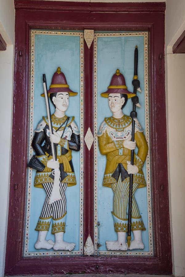 Découpage de l'illustration sur la porte en bois photographie stock libre de droits