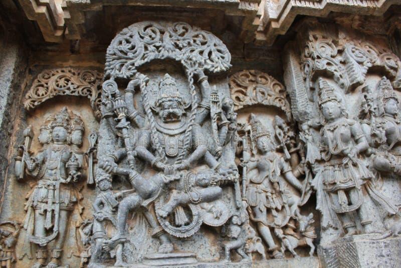 Découpage de mur de temple de Hoysaleswara de seigneur Narasimha tuant le roi ou le tyran mauvais Hiranyakashyap de démon photos libres de droits