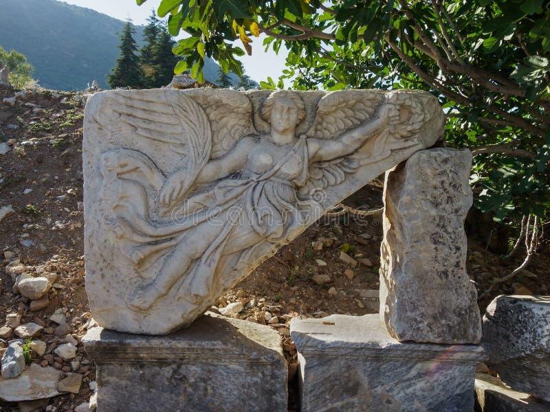 Découpage de pierre de la déesse Nike aux ruines de la ville antique d'Ephesus, Turquie images stock