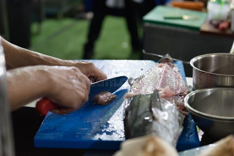 Découpage de poissons frais pour le cuisinier photographie stock