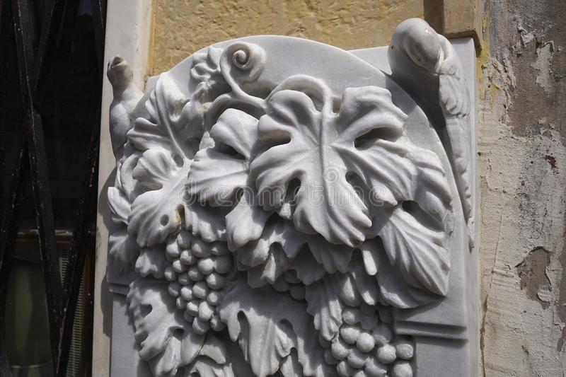 Découpage des détails d'une fontaine de marbre photos libres de droits