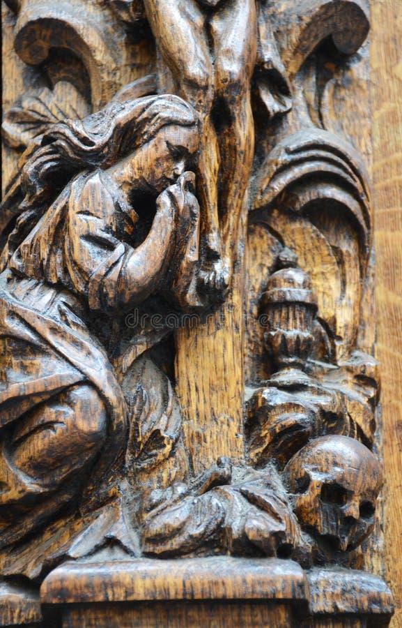 Découpage des détails dans une porte en bois image stock