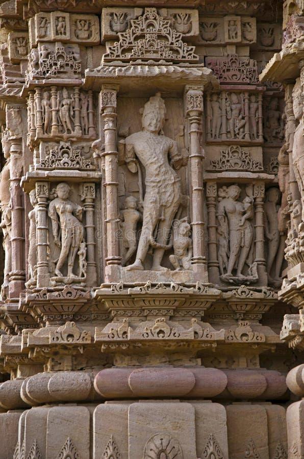 Découpage des détails sur le mur externe du temple de Sun En 1026-27 ANNONCE construite pendant le règne de Bhima I de la dynasti images stock