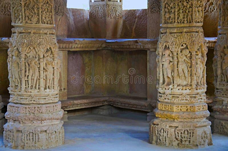 Découpage des détails sur le mur externe du temple de Sun En 1026-27 ANNONCE construite pendant le règne de Bhima I de la dynasti photo stock