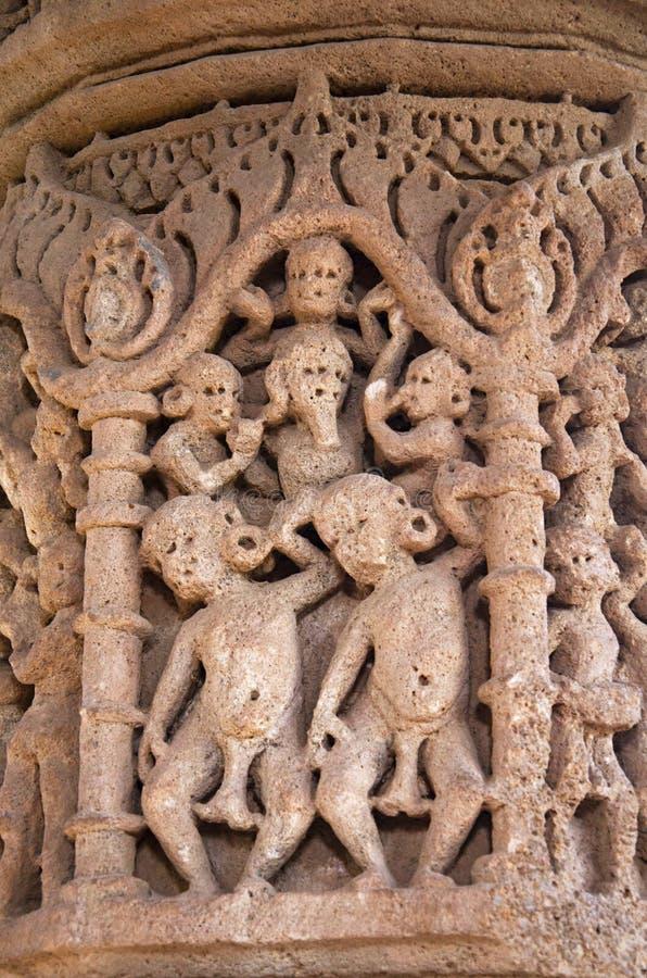 Découpage des détails sur le pilier du temple de Sun En 1026-27 ANNONCE construite pendant le règne de Bhima I de la dynastie de  images stock
