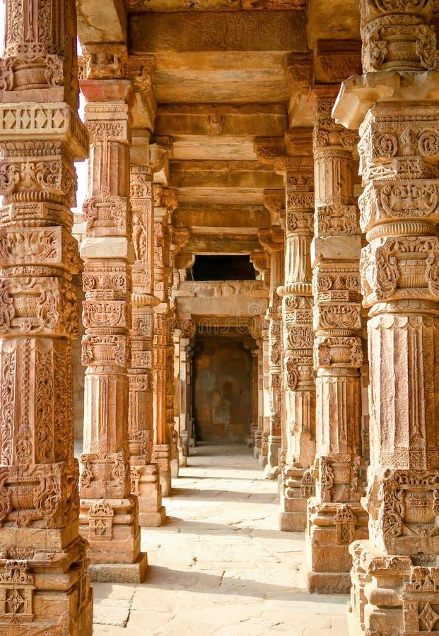 Découpage des piliers dans Qutub Minar à New Delhi, Inde photographie stock